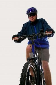 גבר רוכב על אופניים