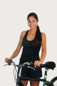 אשה מחזיקה אופניים
