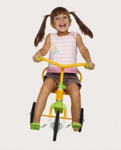 ילדה רוכבת על אופניים