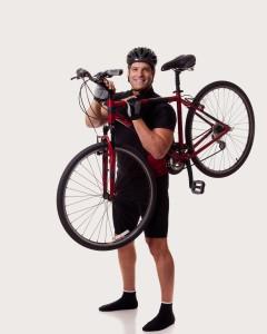 איש מחזיק אופניים