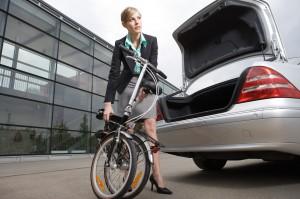 אישה מקפלת אופניים