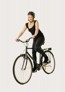 אשה רוכבת על אופניים