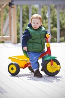 תינוק עם אופניים